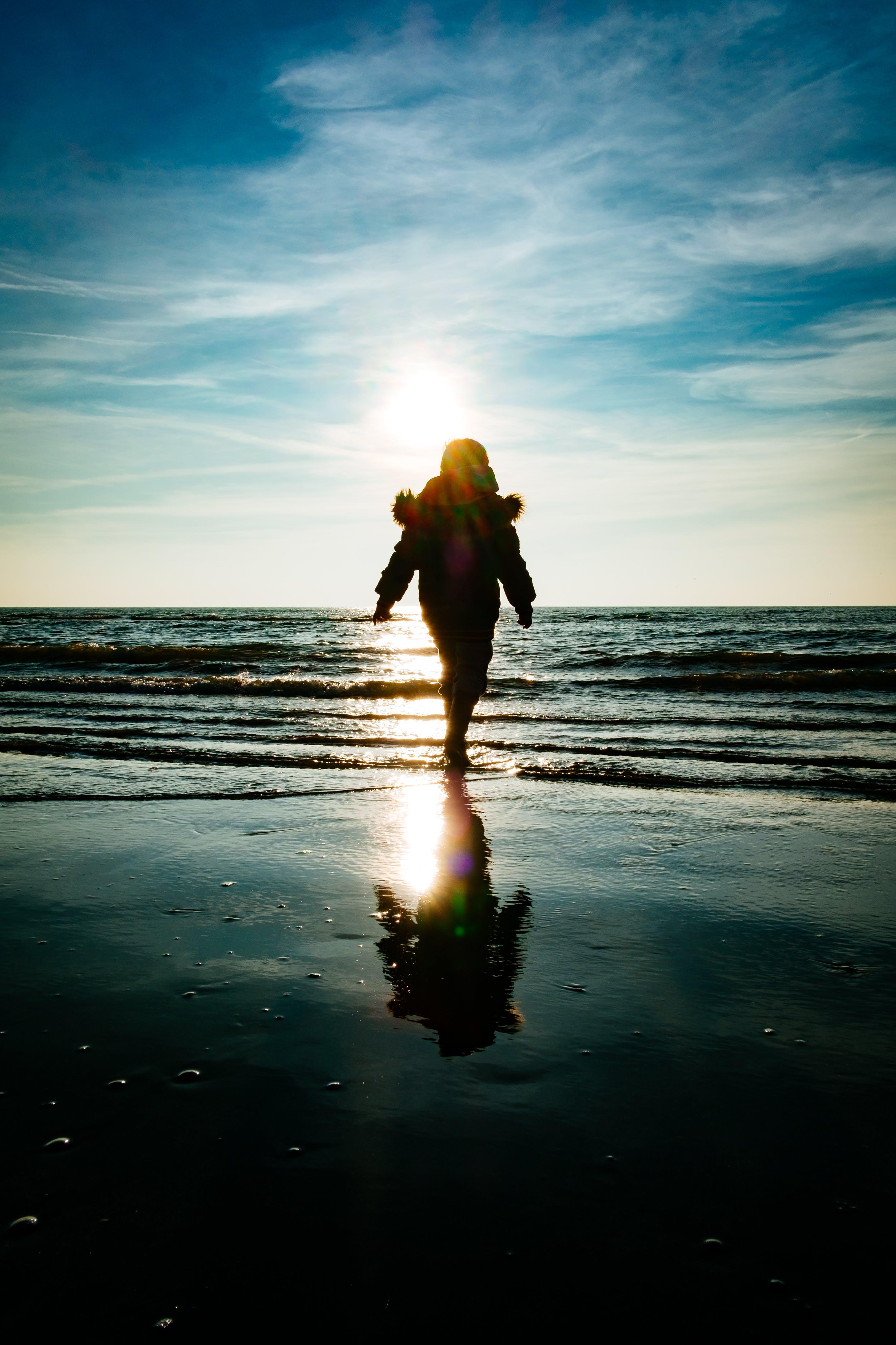 bulutlar, çocuk, deniz, deniz kıyısı içeren Ücretsiz stok fotoğraf