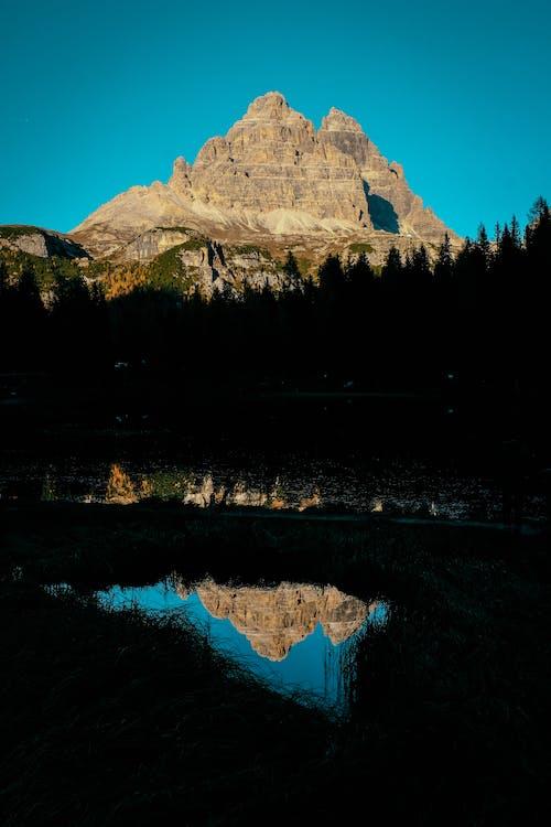 Kostenloses Stock Foto zu abend, bäume, berg, dämmerung