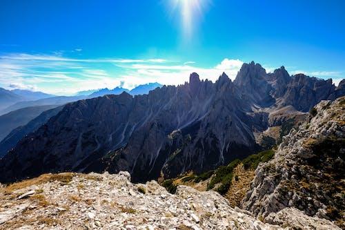 Безкоштовне стокове фото на тему «блакитне небо, високий, гірський хребет, гори»