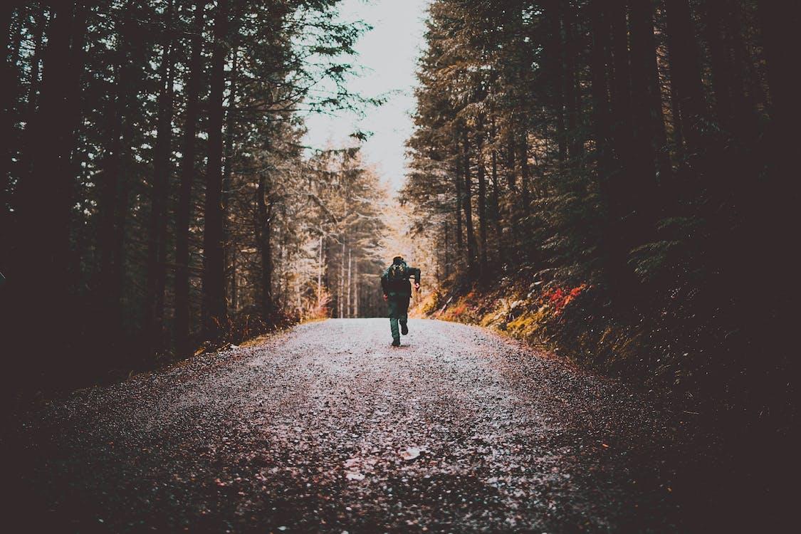 Foto De Pessoa Correndo Em Estrada De Terra