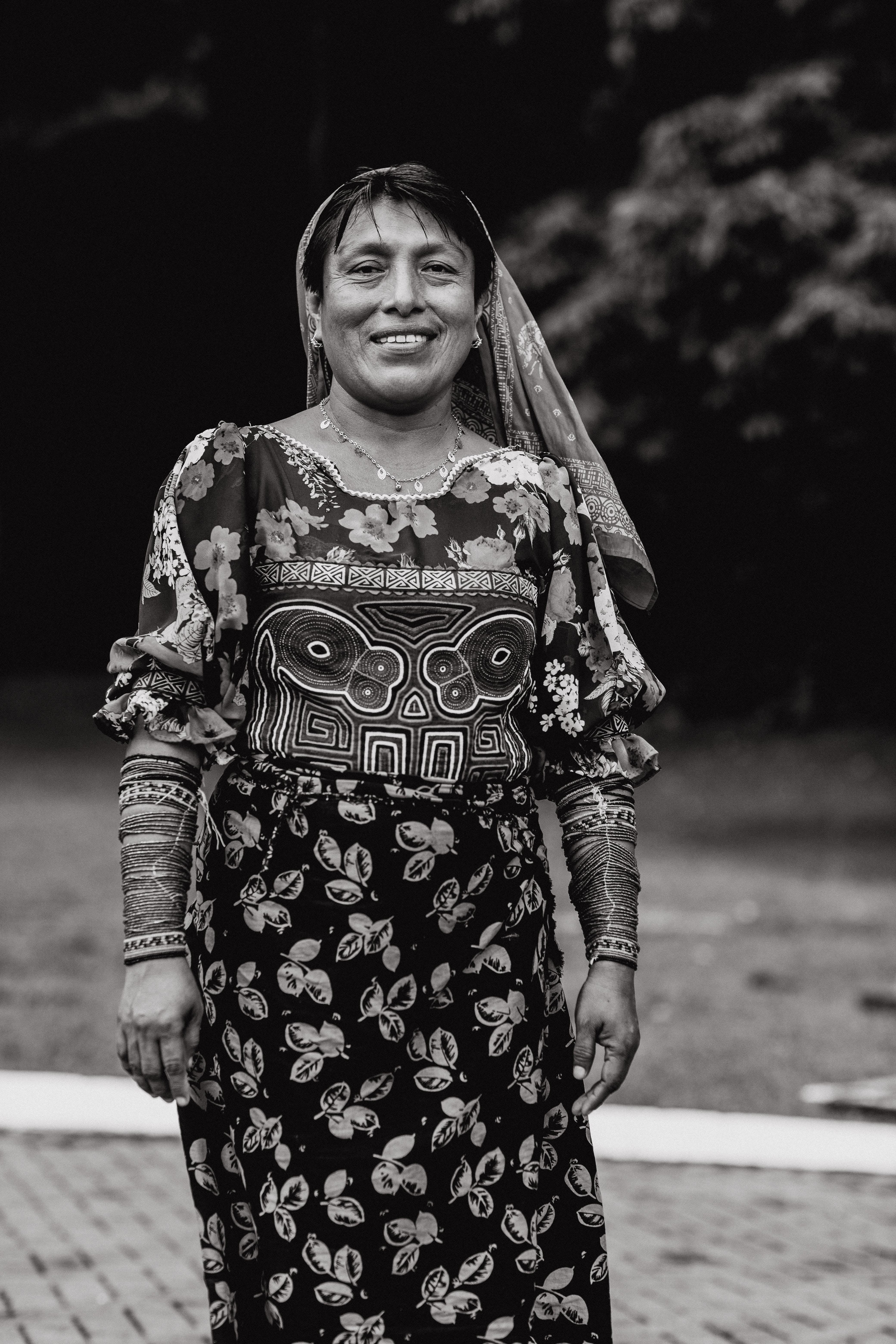Fotos de stock gratuitas de blanco y negro, desgaste, expresión facial, fondo borroso