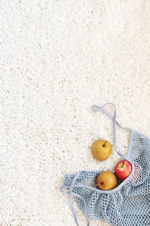 białe tło, dywan, jabłka