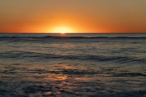 Darmowe zdjęcie z galerii z fale, ocean, plaża, zachód słońca