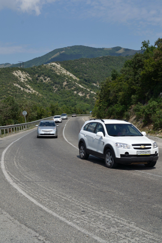 Foto stok gratis jalan melengkung, mobil, pegunungan