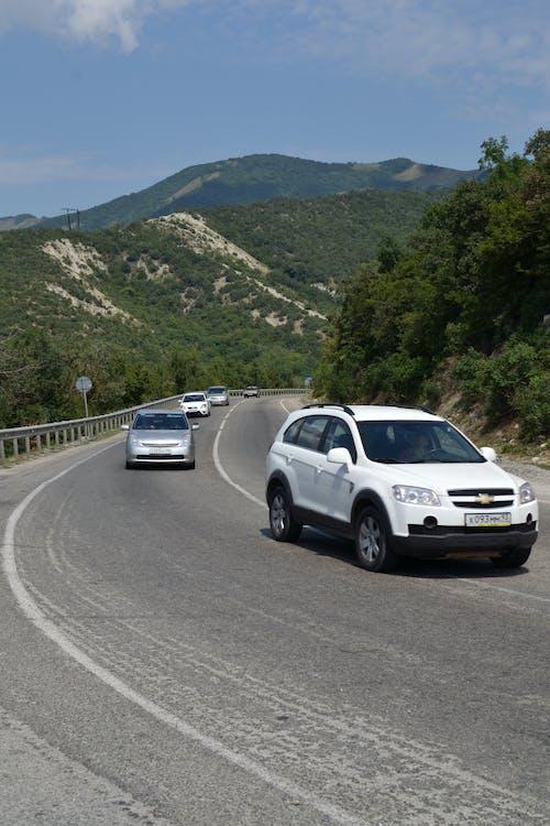 Ilmainen kuvapankkikuva tunnisteilla autot, kaareva tie, vuoret