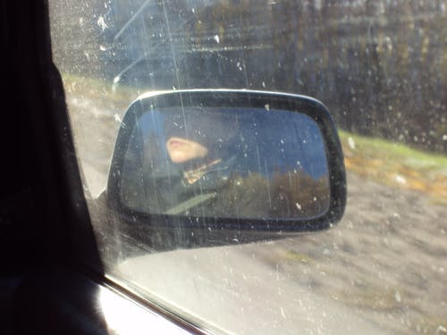 Ilmainen kuvapankkikuva tunnisteilla auto, naine, taustapeili, tie