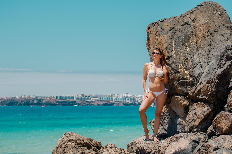 Kostenloses Stock Foto zu strand, sonnenbrille, bikini, frau