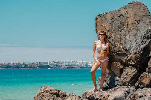 Foto profissional grátis de biquíni, litoral, mulher, óculos de sol