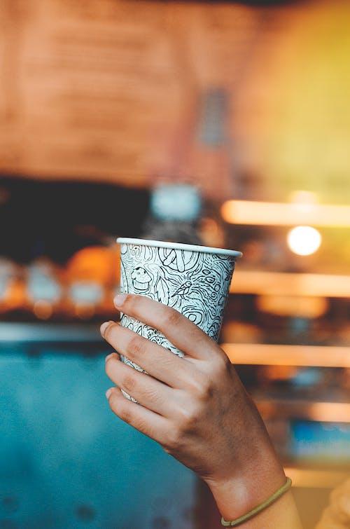 Fotobanka sbezplatnými fotkami na tému držanie, káva, kofeín, nápoj