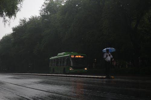 Foto d'estoc gratuïta de caiguda de pluja, carretera, carretera amb la policia de trànsit, Delhi