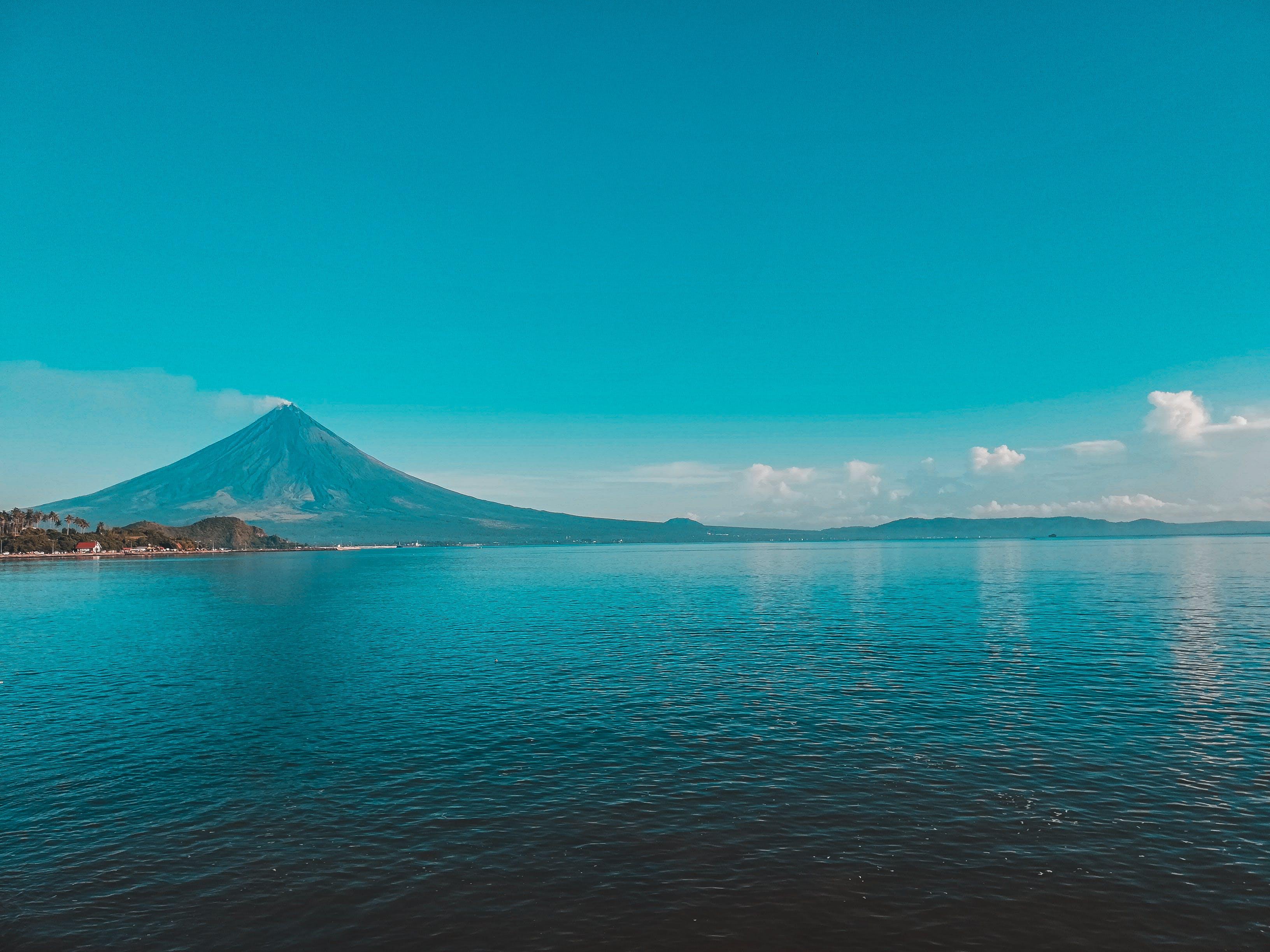 Kostenloses Stock Foto zu meer, wolken, blau, vulkan
