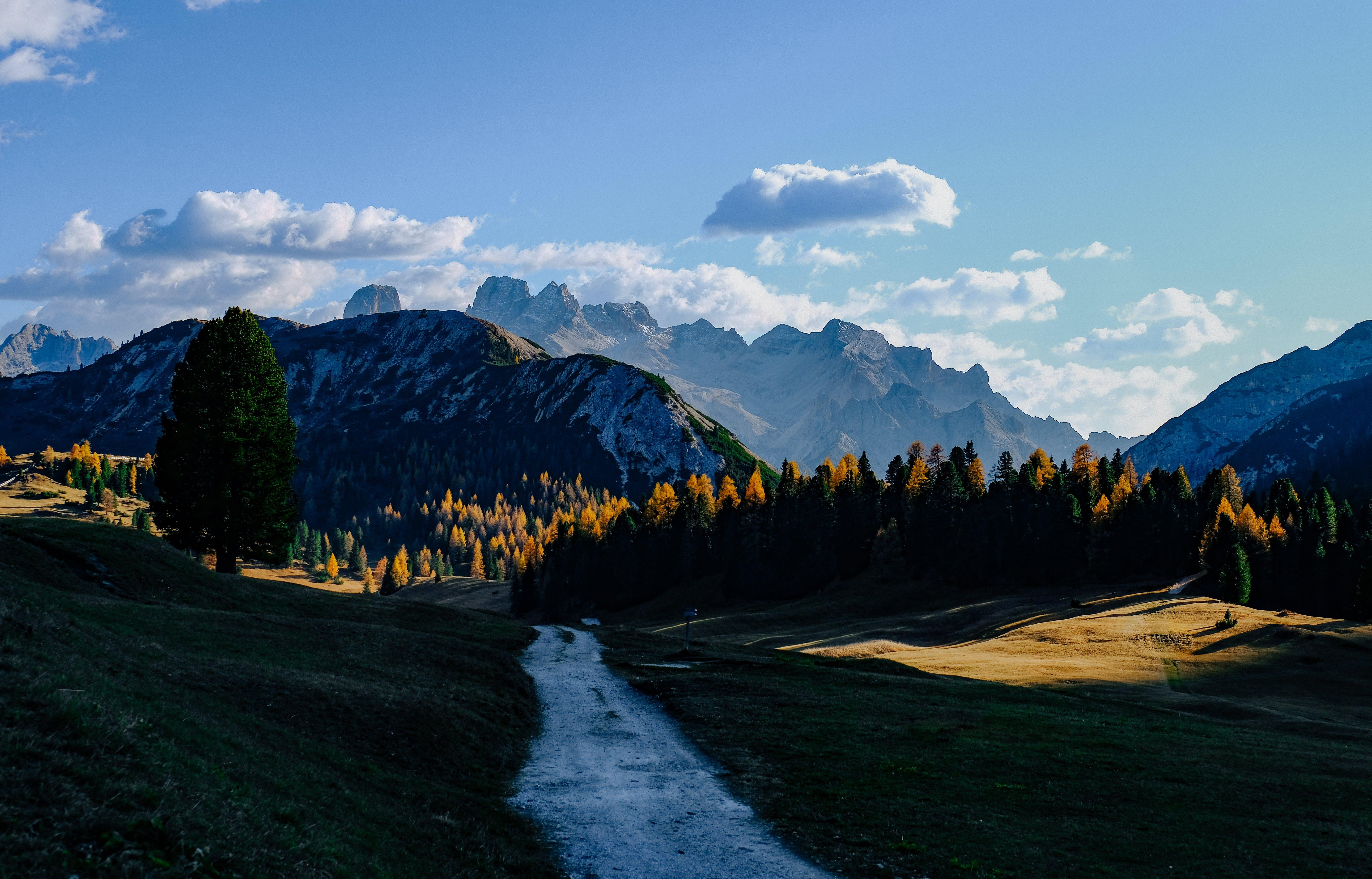 Darmowe zdjęcie z galerii z chmury, dolina, droga, drzewa