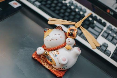 Gratis stockfoto met beeldje, binnen, bureau, gelukskatje japan