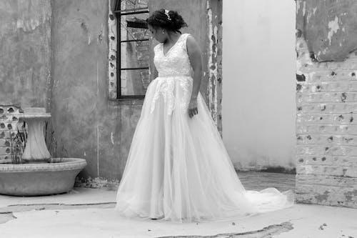 Foto profissional grátis de dia do casamento, fotografia monocromática, vestido de casamento