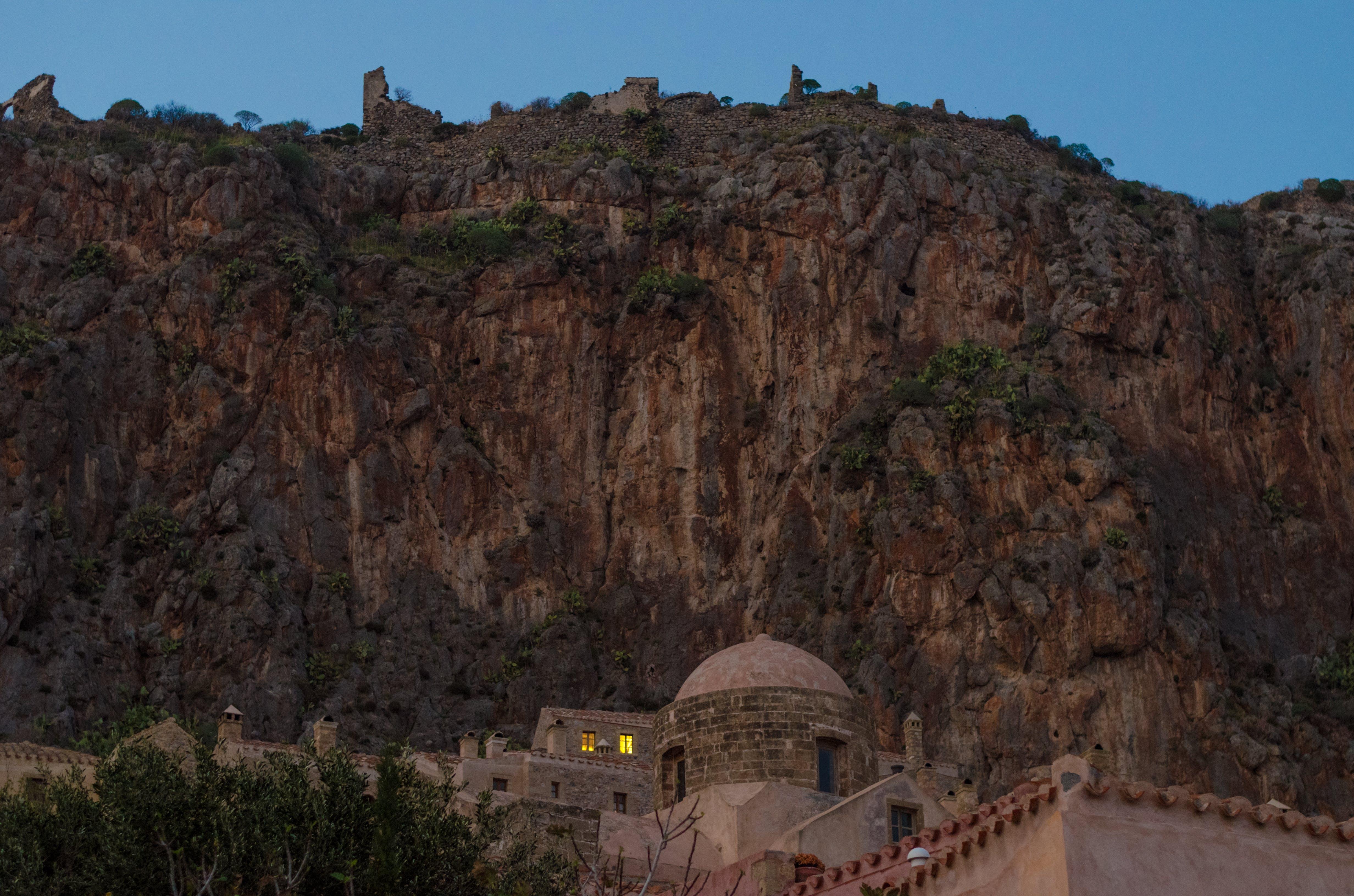 dağ, kilise, köy içeren Ücretsiz stok fotoğraf
