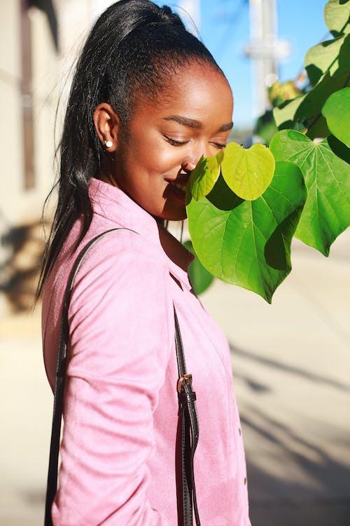 Фото женщины возле листьев