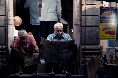 Gratis lagerfoto af ældre, afslappende, ansigtsudtryk, avis
