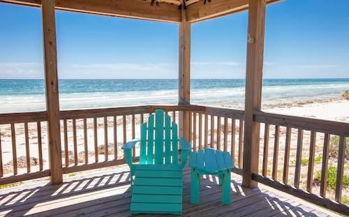 Gratis lagerfoto af hav, inde i lysthus, rolige omgivelser, strand