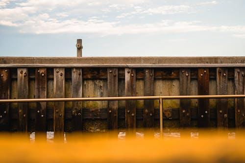 Fotos de stock gratuitas de agua, arquitectura, barandillas de metal, efecto desenfocado