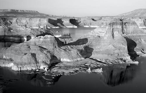 Foto d'estoc gratuïta de aigua, blanc i negre, muntanya, paisatge