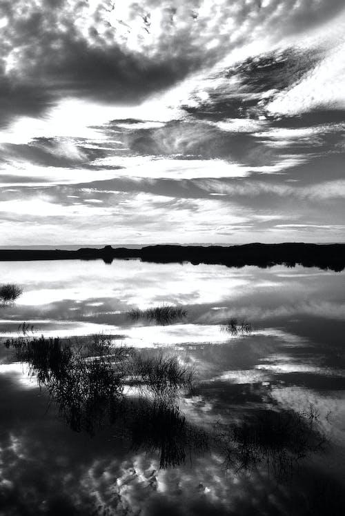 Imagine de stoc gratuită din alb-negru, apă, închis la culoare, nori