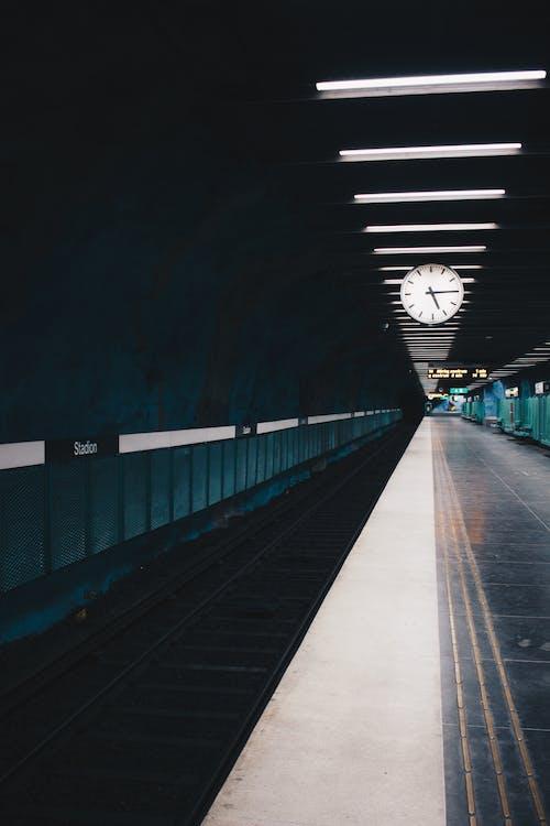 Ingyenes stockfotó metrómegálló, üres, vasútállomás, vasúti pálya témában