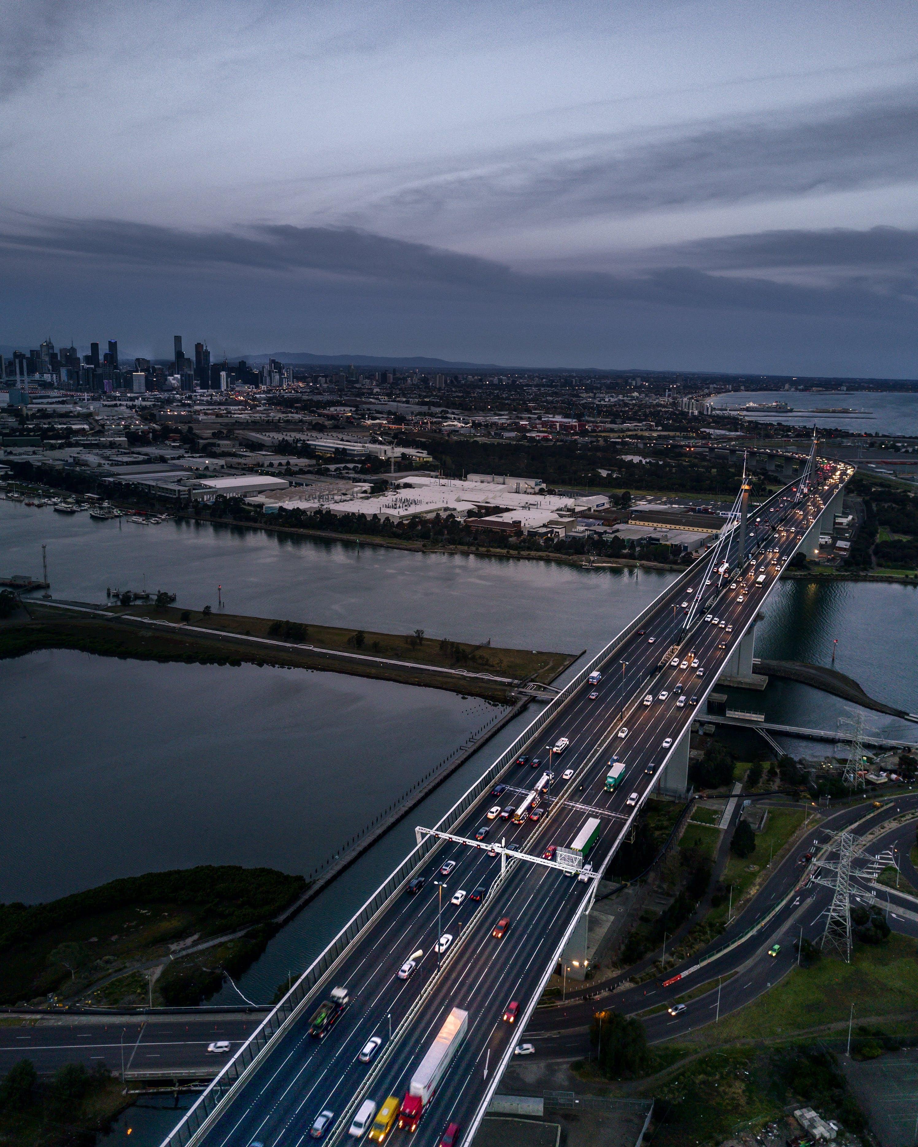 Foto d'estoc gratuïta de arquitectura, autopista, carretera, cotxes