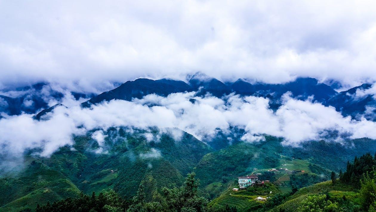 الجبال المغطاة بالغيوم