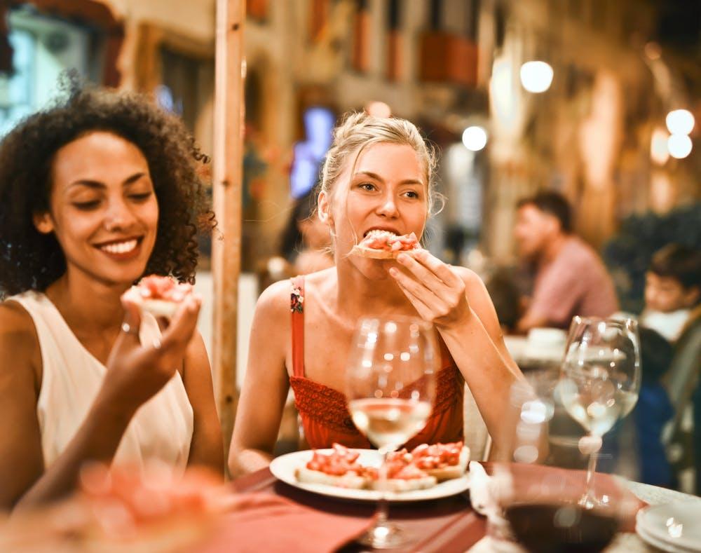 Two ladies having dinner | Photo: Pexels