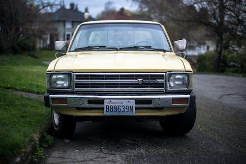 Gratis lagerfoto af asfalt, bil, lastbil, parkeret