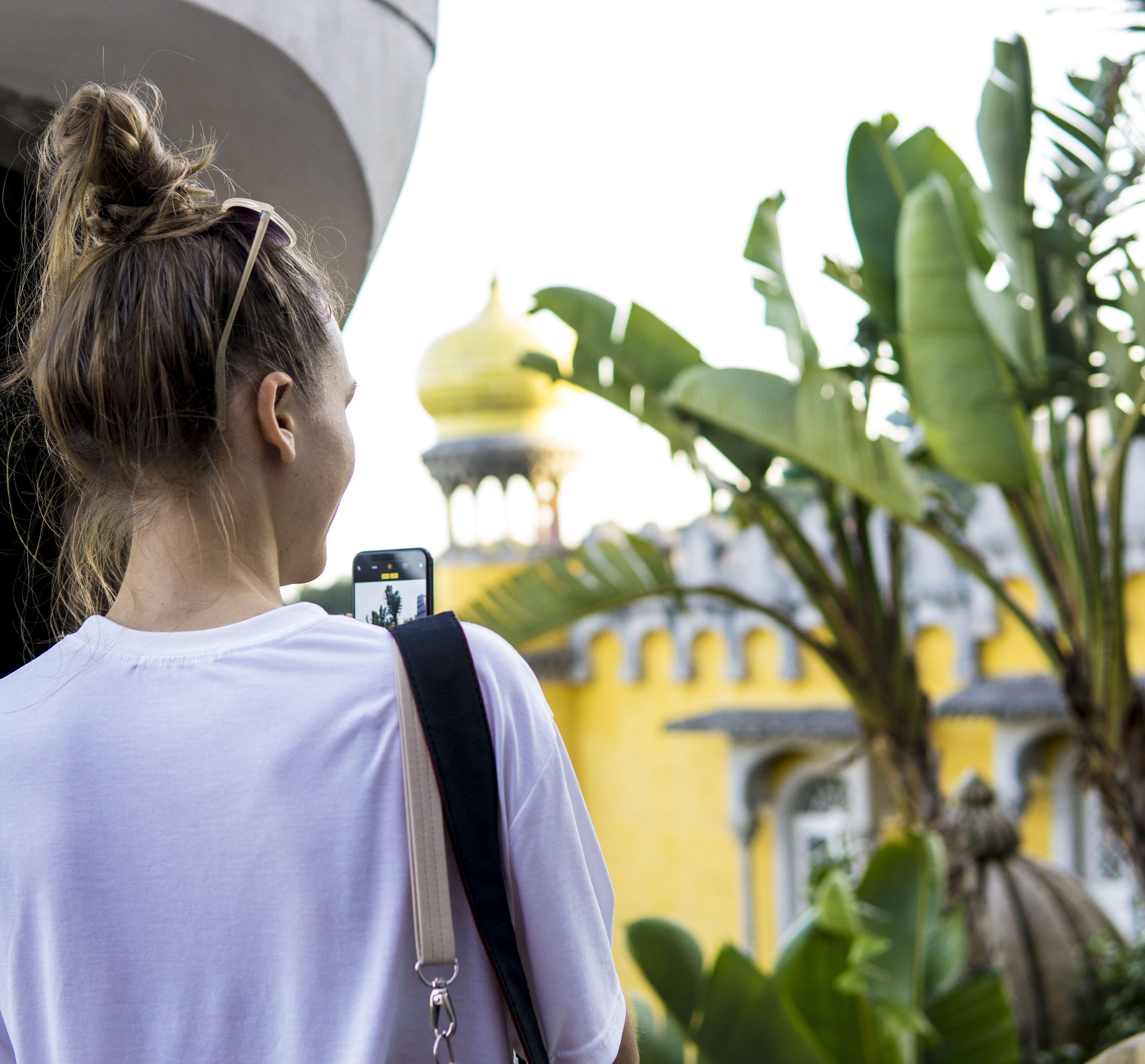 Gratis lagerfoto af bananblade, banantræer, dagslys, kvinde