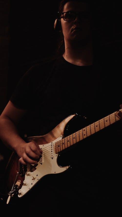 Gratis stockfoto met bruin, donker, gitaar, gitaar man