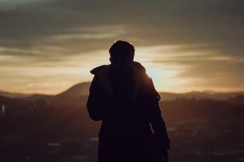 Foto profissional grátis de alvorecer, andando, céu, colina