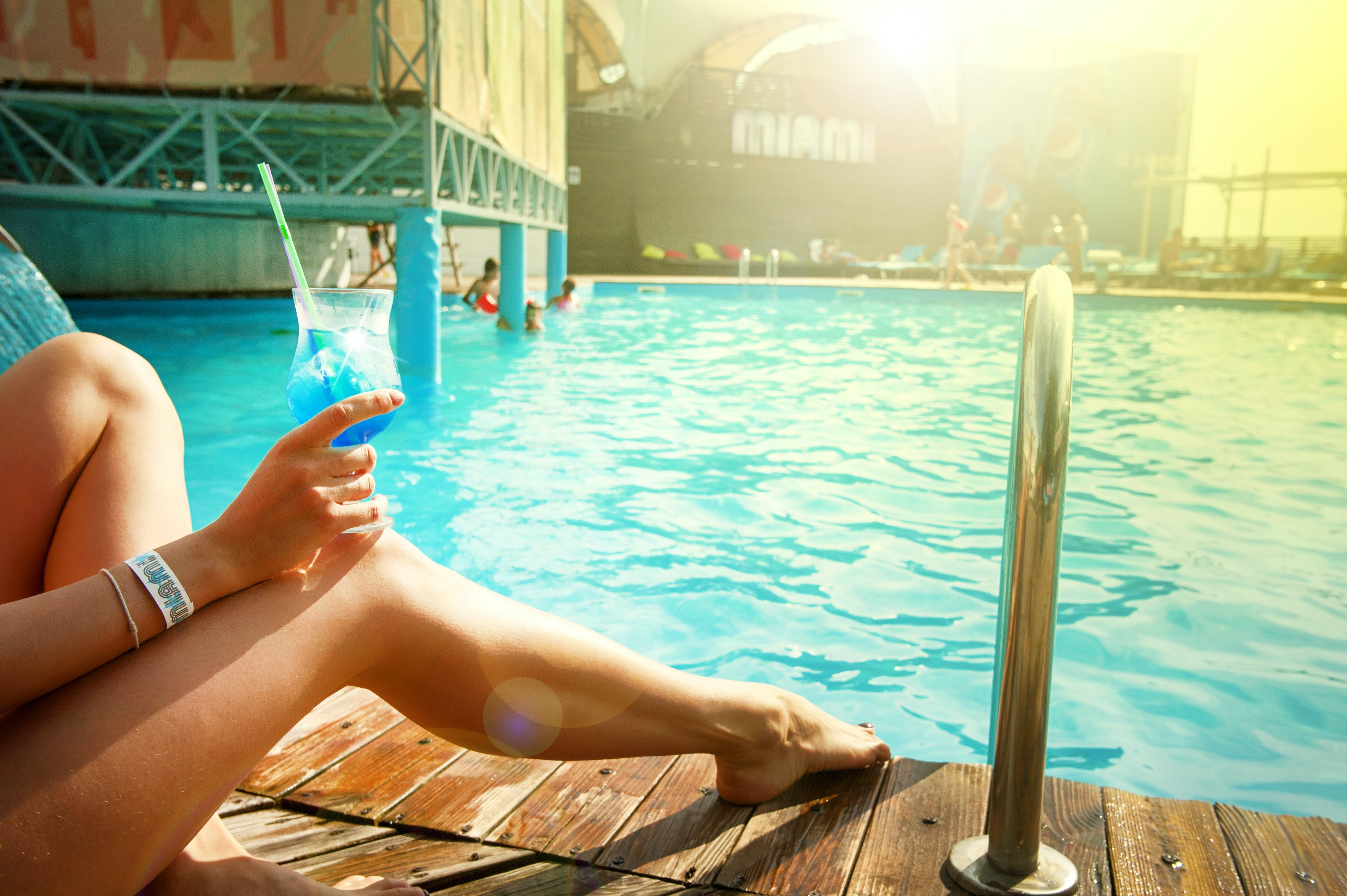 Free stock photo of cocktail, cocktail glass, lady, legs