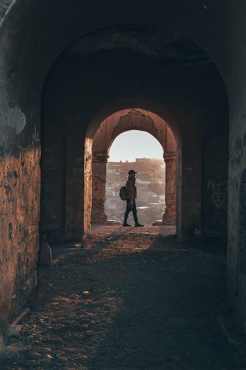 คลังภาพถ่ายฟรี ของ กระเป๋าเป้, กลางวัน, การยืน, กำแพง