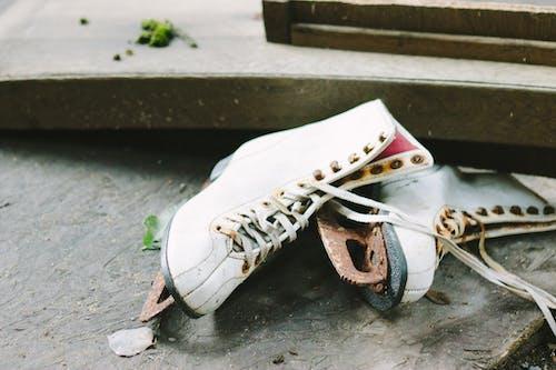 Fotos de stock gratuitas de abandonado, botas, concentrarse, efecto desenfocado