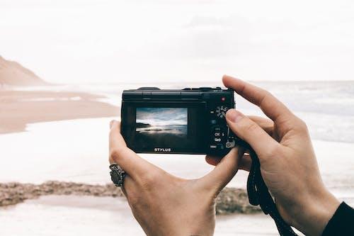 Kostnadsfri bild av fotografi, händer, hav, kamera