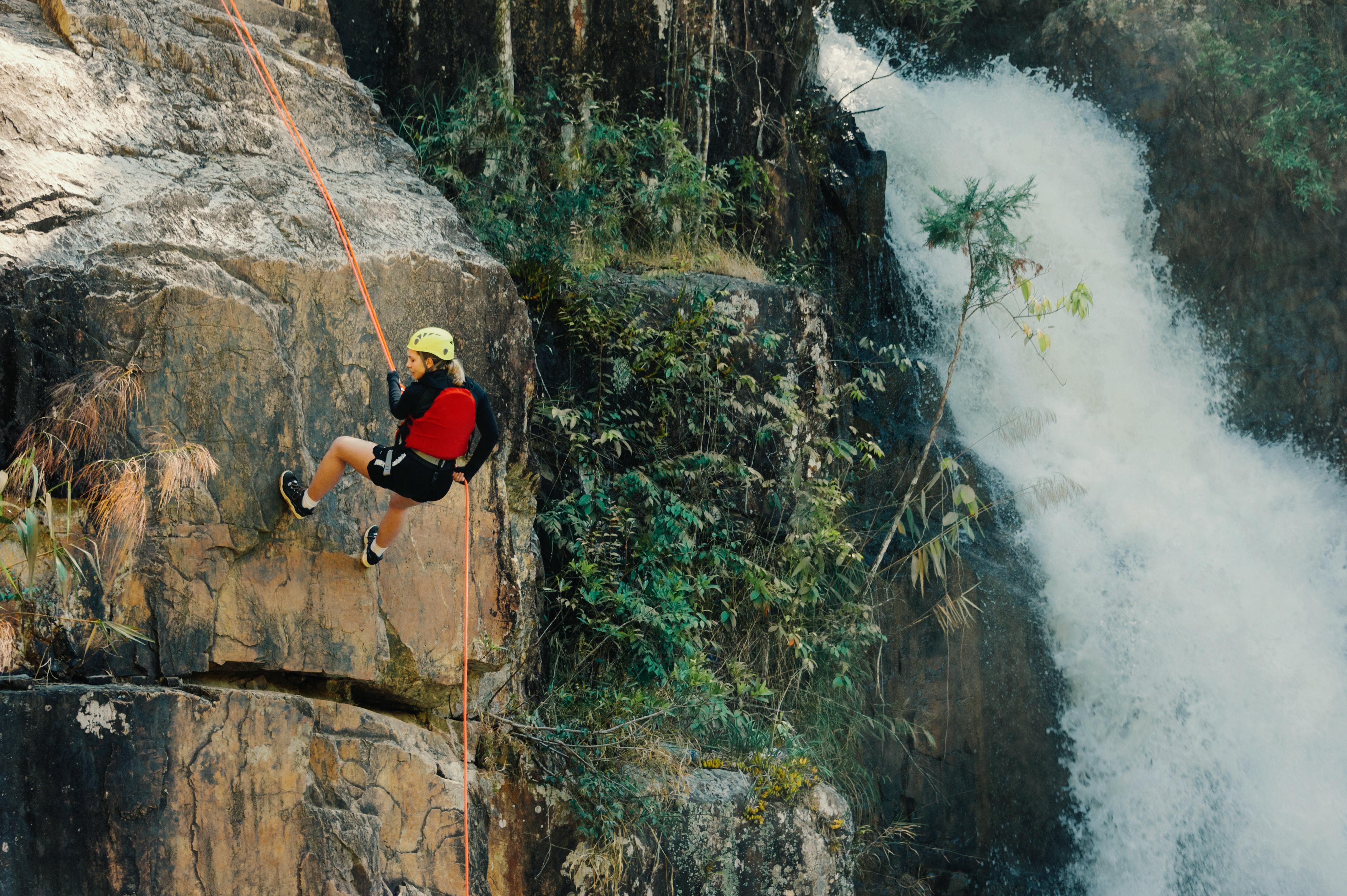 poto rock climbing low budget interior design1000 amazing rock climbing photos · pexels · free stock photoswoman rocking climbing near waterfalls