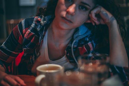 Darmowe zdjęcie z galerii z drink, kawa, kobieta, kubek