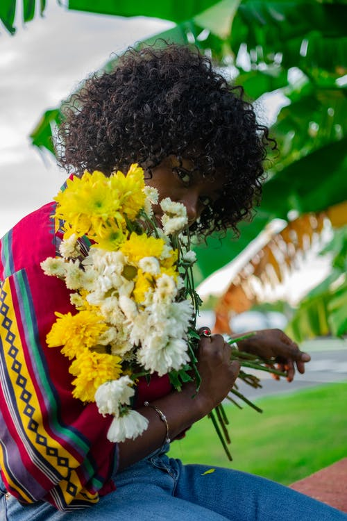 afrikansk amerikan kvinna, blommor, blomsterarrangemang
