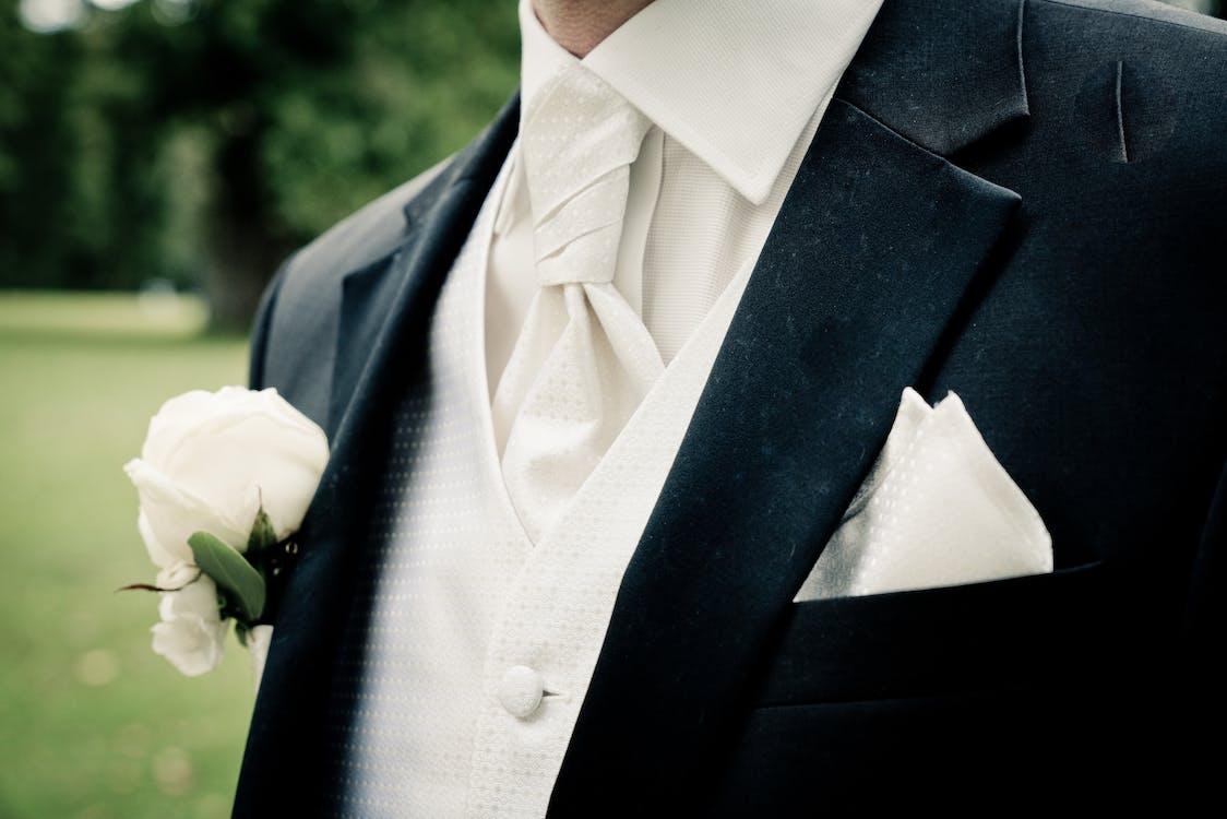 クローズアップ写真でスーツを着ている男