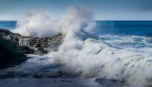 Foto profissional grátis de água, ao ar livre, beira-mar, borrifar
