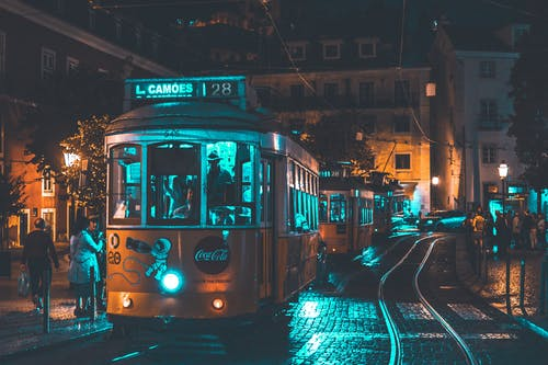 Бесплатное стоковое фото с автомобили, архитектура, вечер, город