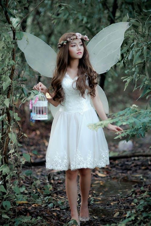 Бесплатное стоковое фото с белое платье, волос, гламур, девочка