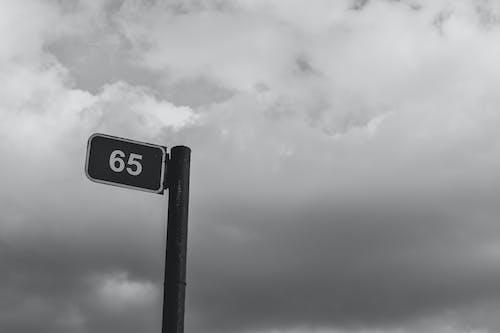 Gratis stockfoto met bewegwijzering, signaal, straat, zwart en wit