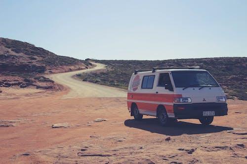 Photos gratuites de automobile, chemin de terre, ciel, lumière du jour