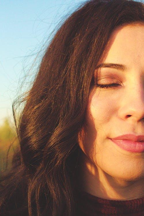 Kostnadsfri bild av ansiktsuttryck, brunett, dagsljus, glamour