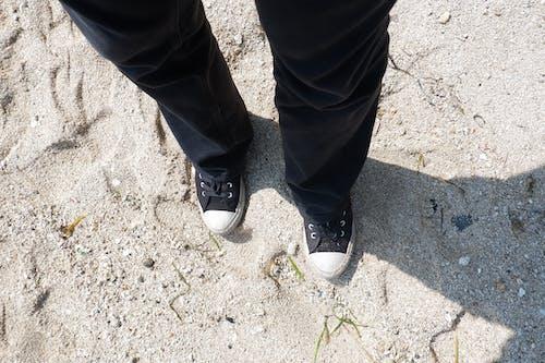 Foto profissional grátis de calças pretas