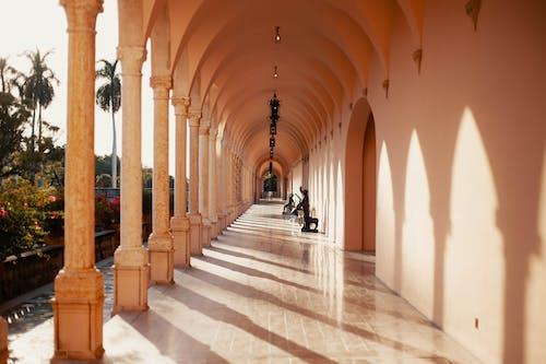 Бесплатное стоковое фото с арки, архитектура, в помещении, дневной свет