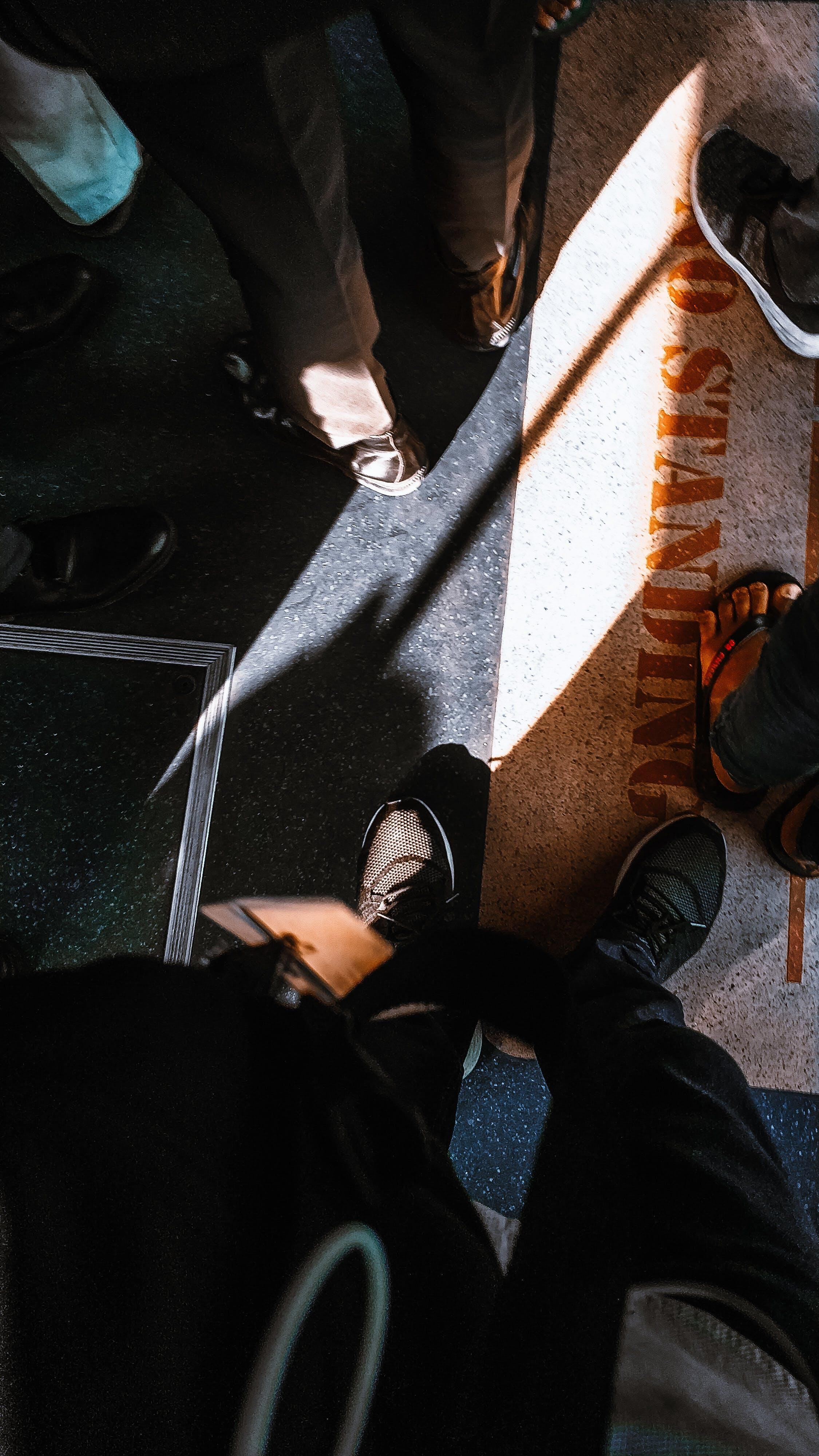 Foto d'estoc gratuïta de calçat, calçat esportiu, dempeus, desgast